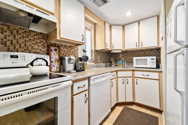 Kitchen w/Range,Dishwasher, Rifrigerator & Microwave