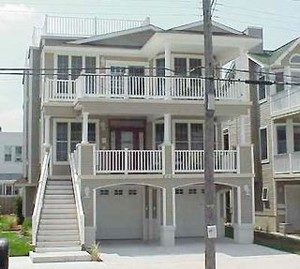 LOCATION!! BEACH BLOCK!! Sparkling Clean! 4 BR 2.5 BA