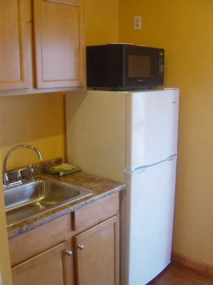 LIL COTTAGE UPPER: Efficiency Kitchenette With Full Refrigerator & Micro
