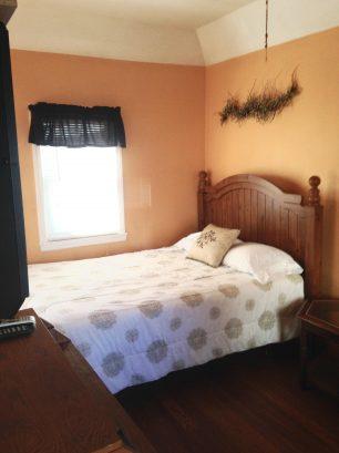 LIL COTTAGE UPPER: Bedroom/LivingRoom