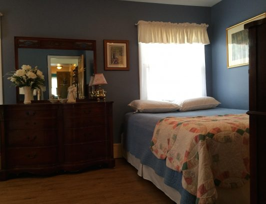 """Joy"" Bedroom - Queen bed & private bath"