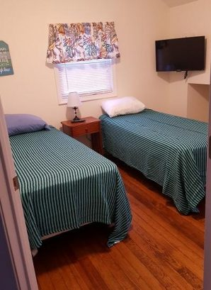 Pink House Upstairs Aqua Bedroom w/2-twin beds