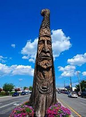 Totem pole marks the entrance to Bethany Beach shops and boardwalk.