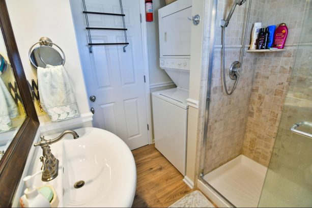 Full bath with washer dryer