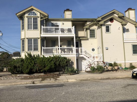 ELEGANT 2 story, Hardwood floors, Granite, Perfect location