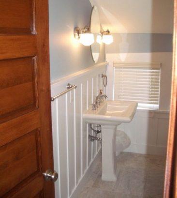 3rd floor bath with pedestal sink, comfort height toilet, bathtub