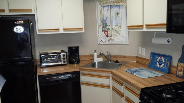 Fully equipped kitchen - ref w icemaker, self cleaning gas range, microwave and pantry closet