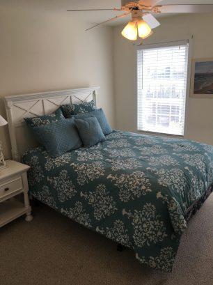 Front bed room w / queen bed