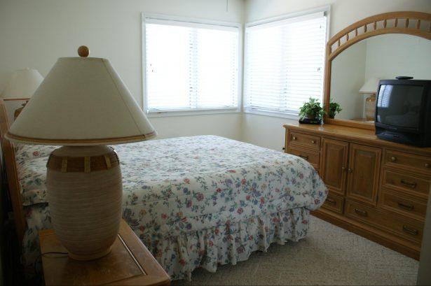 bedroom queen size bed