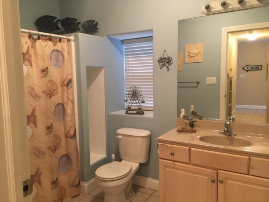 Guest Bathroom w/Shower in Tub