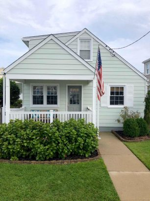 Cozy Paws Beach Cottage, fenced yard near beach & boardwalk