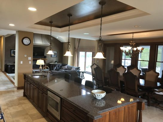 Huge Breakfast Bar and Kitchen Table!