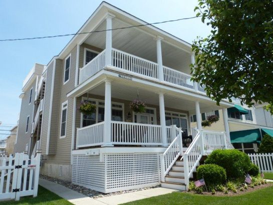 Beautiful Condo - just one block to the beach! Walk to playground, tennis, basketball & shopping