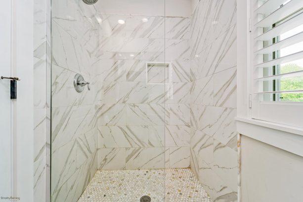 1st bedroom walkin shower
