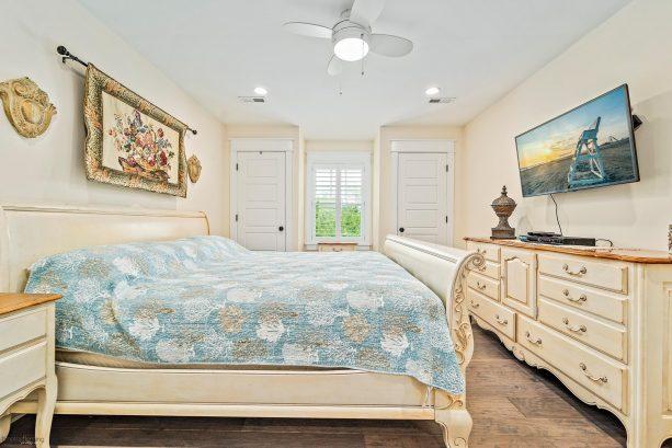 2nd bedroom - king bed