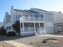 ONLY 1.5 BLOCKS FROM THE BEACH, YOU'LL ENJOY THIS RENOVATED TOWNHOME & THE BAY, WETLAND & SUNSET VIE