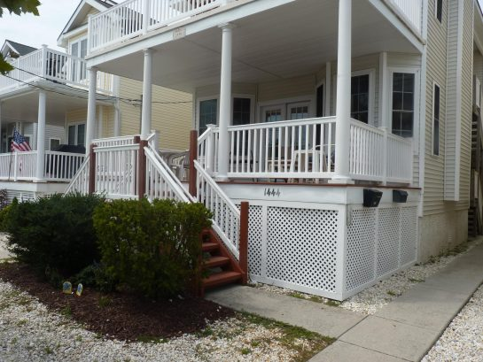 Awesome covered front porch - Great for cool breezes and entertaining