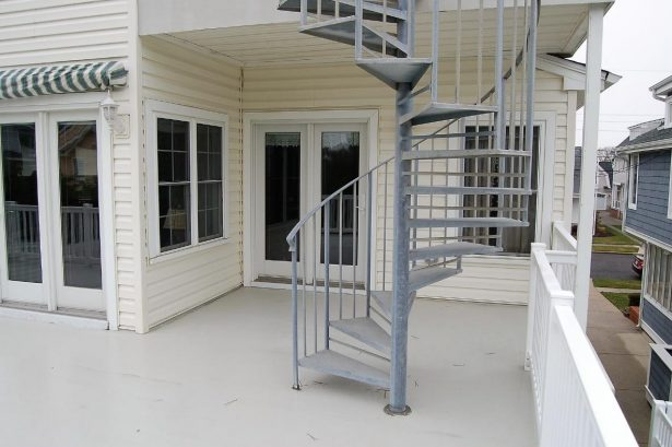 2nd Floor Rear Deck / Picture 2