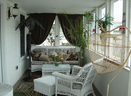 Cozy screened porch....so relaxing!