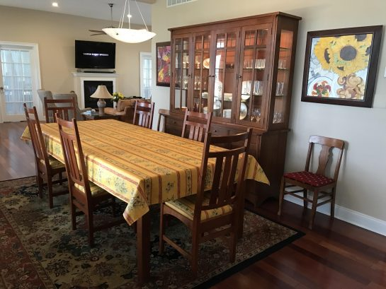 Dinning room and table for 10+.