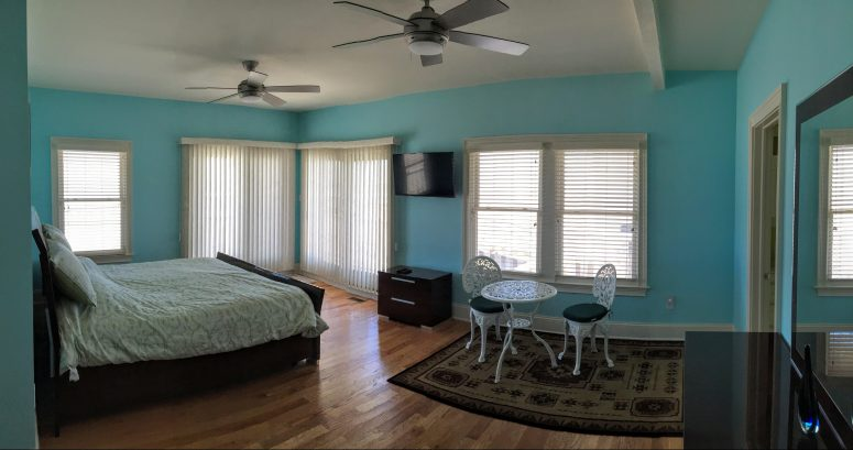 Master suite with ocean view from two sides, King bed and deck outside