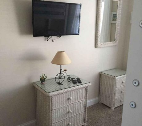 "Queen bedroom w/32"" HDTV"