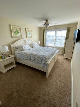 Mater bedroom w/king bed