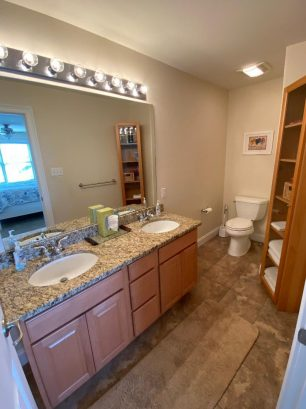 Master bath w/double sinks, granite counter