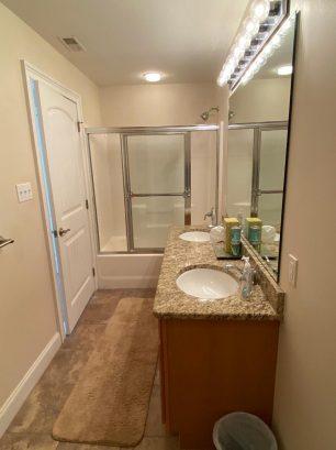 Master bath w/double sink, tub & shower
