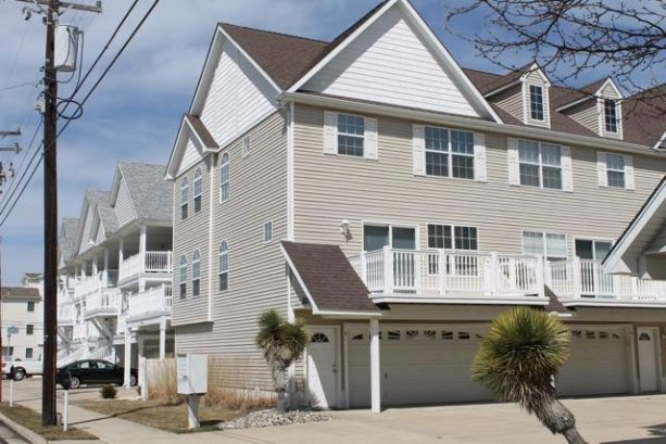 Beautiful Townhome With Private Garage only 1 1/2 Blocks From Beach & Convention Ctr.