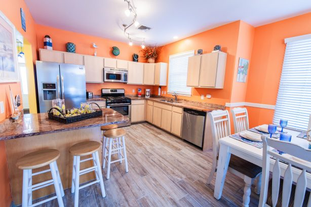 ❤️ Experience for yourself our Gourmet Kitchen with granite countertops, tile floor, and beautiful lighting! Take advantage of the HUGE kitchen island for your tasty treats and drinks! The kitchen is Stocked with Everything you could need! WOW!