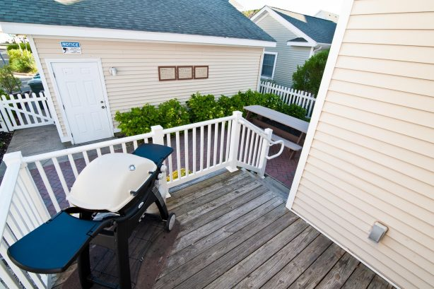 ❤️ Enjoy a Barbeque with family and friends on your very own outside Deck! We supply a large propane Grill and the propane! Imagine yourself grilling on the deck with the stunning views, sounds and smells of the ocean. It is an extremely popular a...