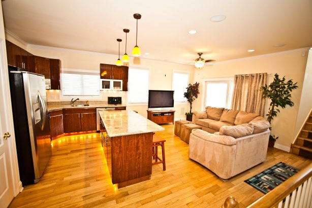 ❤️ The kitchen and living room is just Incredible! Its a Great Place for you to gather with friends and family! Enjoy great water views and the fresh sea air from the Large Outside Deck! There is also a LARGE HDTV with Free HBO, Sports Channels, a...