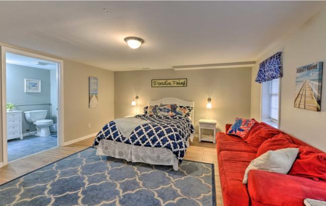 1st floor en suite bedroom (queen bed, accessible)