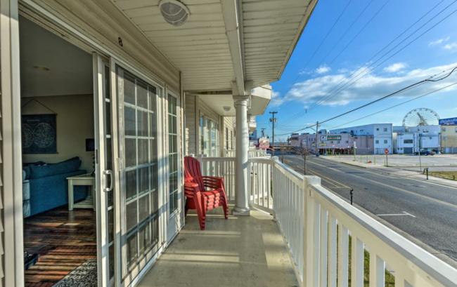 2nd floor balcony (ocean and ferris wheel views)